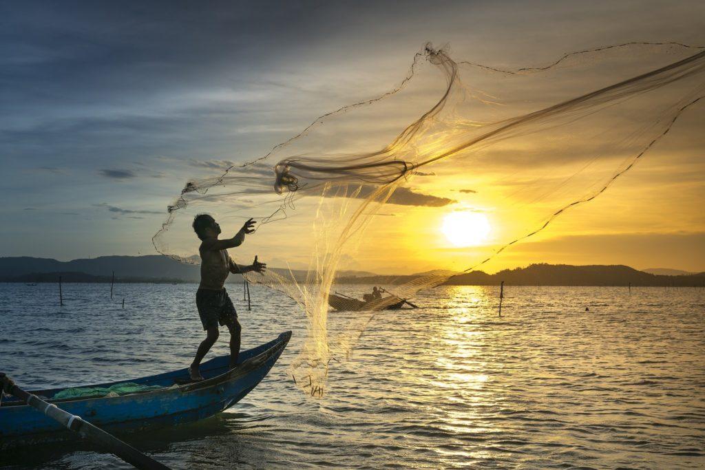 Query ou l'art de lancer un filet à la mer. source : pixabay